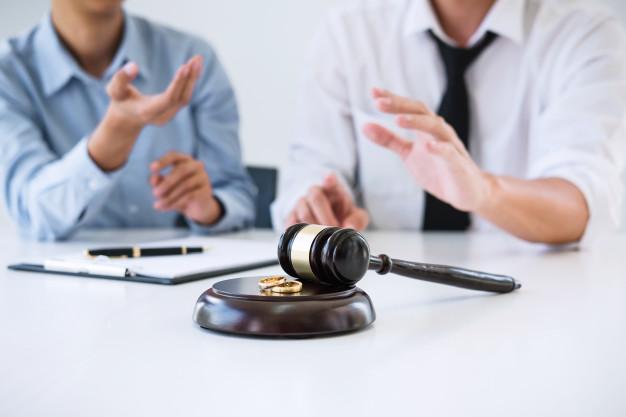 marido-y-esposa-durante-el-proceso-de-divorcio-y-firma-del-contrato-de-divorcio-anillo-de-bodas_28283-610